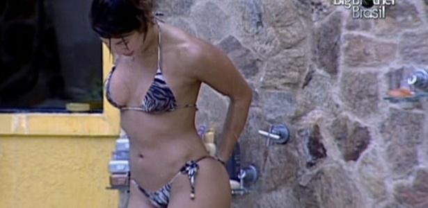 Após passar tarde tomando sol à beira da piscina, Maria capricha no banho (27/3/11)