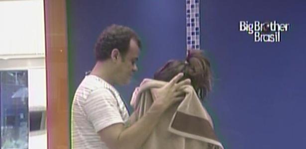 Daniel ajuda Maria a vestir o biquíni e afirma que gosta de ver os seios da