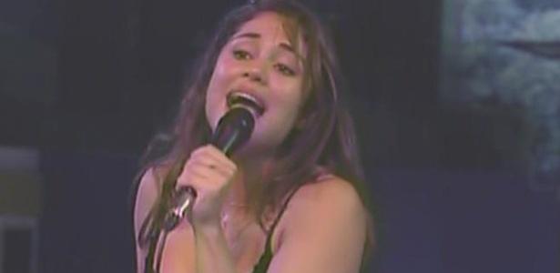 Maria se empolga a cantar música de Xuxa (27/3/11)