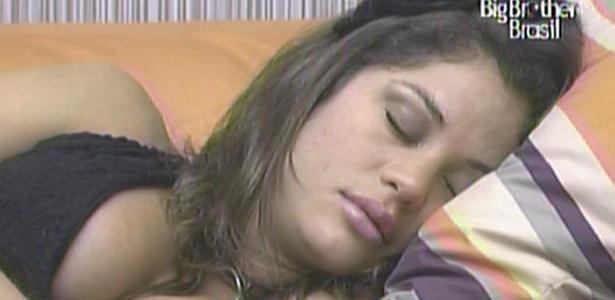 Maria tira cochilo no sofá da sala antes do programa de eliminação deste domingo (27/3/11)