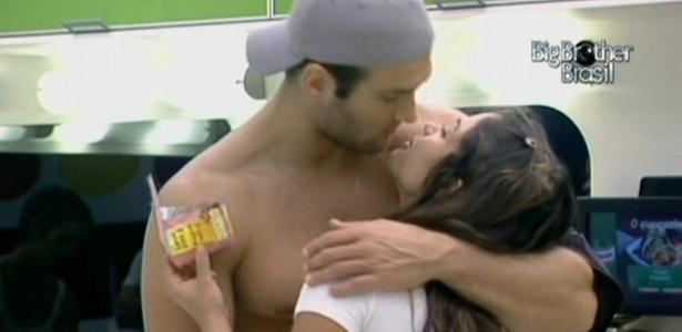 Wesley beija Maria na cozinha da casa de luxo (27/3/11)