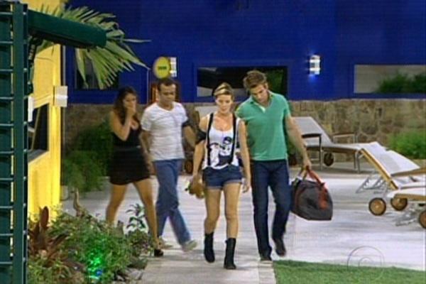 Daniel, Wesley e Maria acompanham Diana até a saída da casa