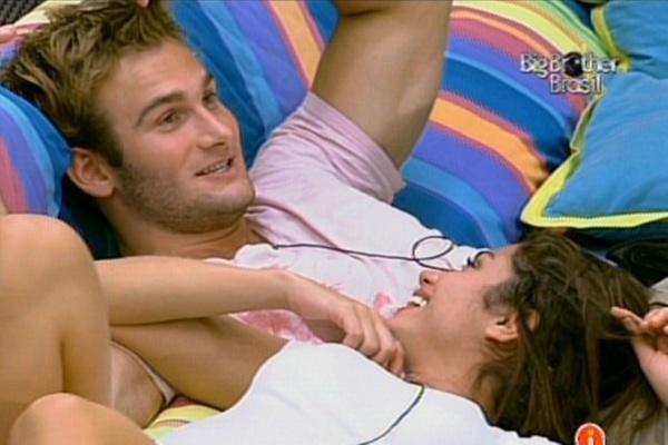 Wesley e Maria são só sorrisos por terem chegado até a final do programa (27/3/11)