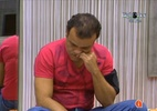 Maria e Wesley conversam na sala enquanto Daniel rói as unhas