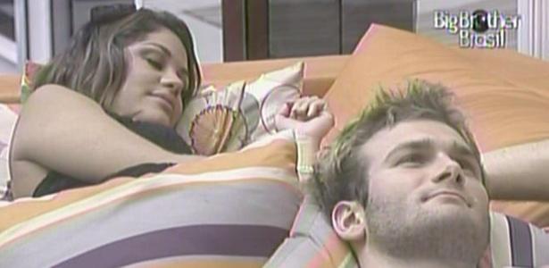 Maria e Wesley descansam no sofá da sala. O capixaba diz que quer esperar mais um pouco para tomar banho (29/3/11)