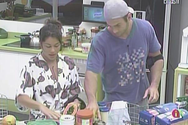 Maria e Wesley preparam o café da manhã nesta terça-feira (29/3/11)