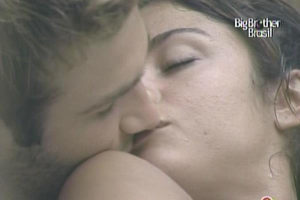 Maria e Wesley se beijam na banheira da casa (29/3/11)