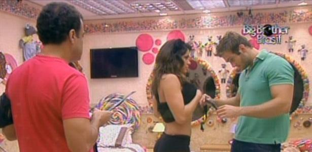 Wesley ajuda Maria a colocar medidor de batimentos cardíacos. Daniel observa (29/3/11)
