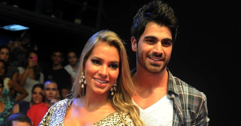 Adriana e Rodrigão, casal formado no BBB11, também acompanharam de perto e premiação de Maria no reality (29/3/11)