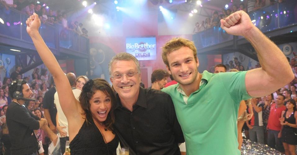 Maria comemora 1º lugar no BBB11 com o apresentador Pedro Bial e o namorado Wesley (30/3/11)