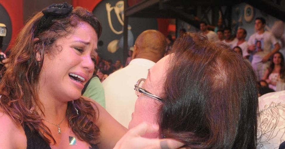 Maria reencontra sua mãe e emociona-se no palco do